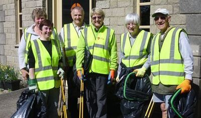 Litter picking 400 x